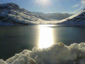 Lagos de Covadonga en un soleado día de nieve