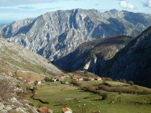 Cabañas de pastores en una majada en Picos de Europa. El macizo central al fondo.