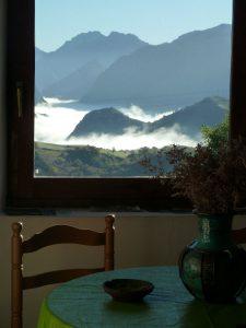Vistas sobre un mar de nubes en el valle de Cabrales.