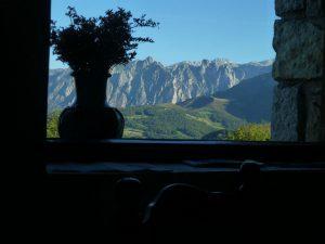 Vistas a los Picos de Europa desde unaventana de la casa rural La Cortina.