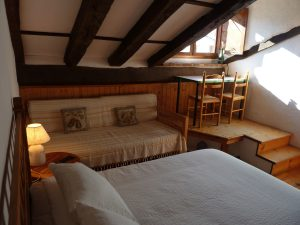 Habitación doble con mesa frente a una ventana con vistas a Picos de Europa