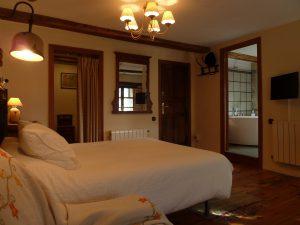 Habitación doble espaciosa con baño con jacuzzi