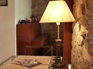 Rincón del piano en habitación privada de casa rural.