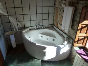 Jacuzzi en baño privado de piedra y madera