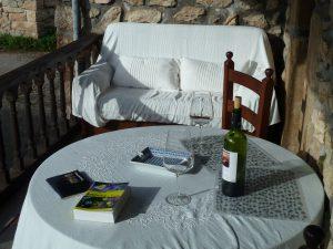 Rincon de lectura y mesa exterior en terraza privada habitación
