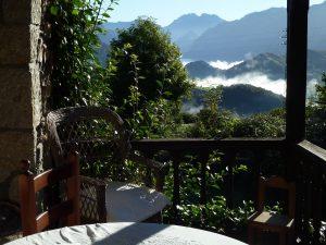 Vistas al valle de Cabrales y Picos de Europa desde el corredor de la habitación suite de la casa.