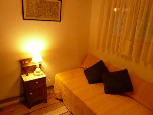Rincon vestidor con cama individual en casa rural La Cortina