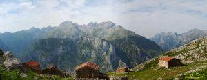Cabañas de pastores frente a las cumbres de Picos