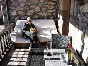 Corredor terraza con sofá para lectura y mesa con sillas en Cabrales