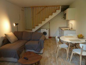 Agradable salón con comedo cocina y chimenea en apartamento rural