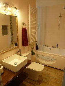 Precioso y amplio baño con jacuzzi para dos