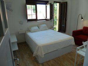 Habitación en Cabrales, con cama de 1,50, amplio ventanal y balcón