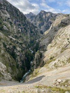Vista del río Cares entre las montañas