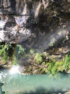 Las aguas verdes del río Cares al fondo del desfiladero.