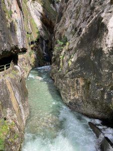 El río Cares visto desde uno de los túneles de la Senda.