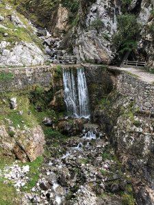 El agua rebosando la canal del Río Cares.