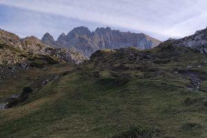 Cumbres de Picos recortadas contra el cielo en la subida al refugio de Vegarredonda.
