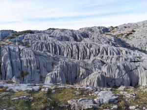 Curiosas formaciones calizas camino a Ordiales
