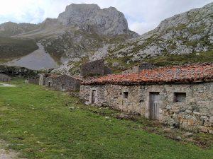 Cabañas de pastores en la Vega de Sotres, camino a los Puertos de Áliva